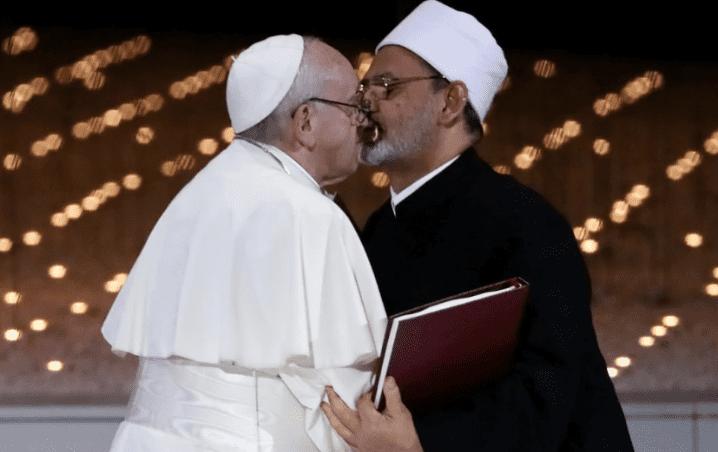 Beso del papa Francisco y el imán musulmán cierra un histórico pacto