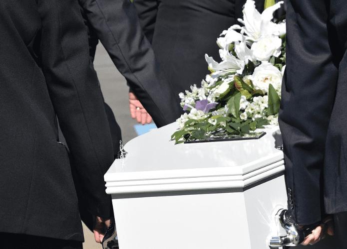 Iban a sepultar a su padre y hallan a desconocido en el ataúd