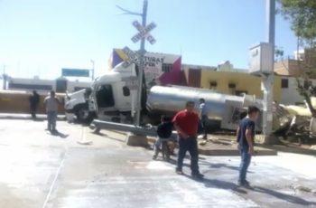 Choca pipa que transportaba leche contra el tren en Pabellón de Arteaga