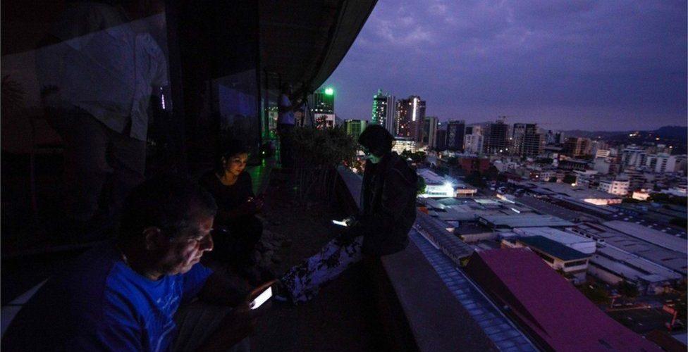 Venezuela restablece al 100 % el servicio eléctrico tras apagones