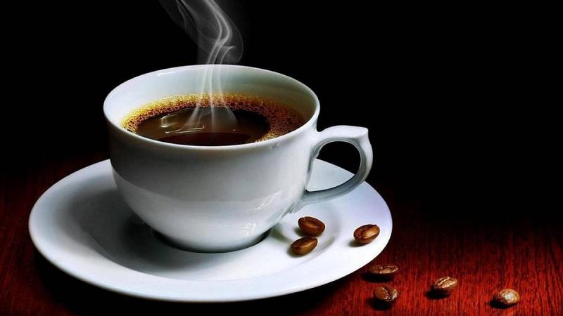 Mujer se rompe tres costillas por tomar 10 tazas de café al día