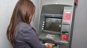 Bancos abusan en cobros por comisión por retiro de cajeros: Economistas