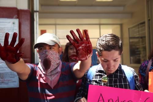 s Enfermos de VIH afuera de una clínica en la colonia Condesa.