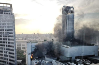 Personas saltan de un edificio de Bangkok que estaba en llamas