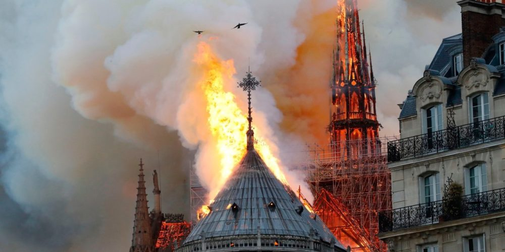 Notre Dame: incendio afecta parte de la catedral de París y provoca la caída de una de sus emblemáticas torres