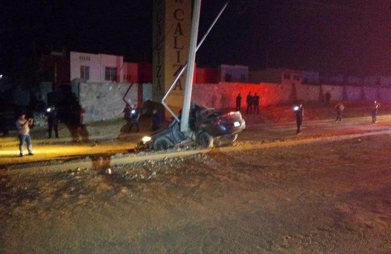 2 muertos y 1 herido deja choque de vehículo con poste en Loma Bonita