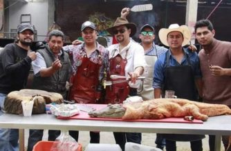 Provoca indignación en redes militante de Morena que presume cocinar cocodrilos