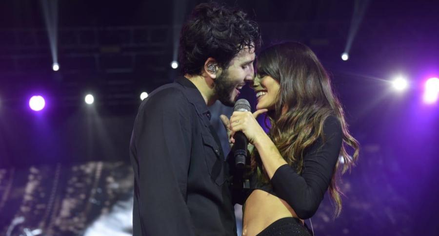 Sebastián Yatra intenta besar a cantante y ella se quita