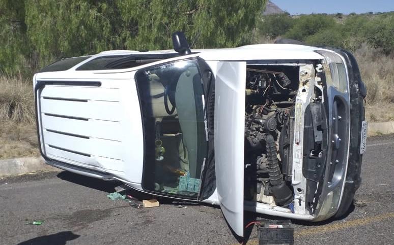 Dos jóvenes heridos tras volcar su camioneta en Tepezalá