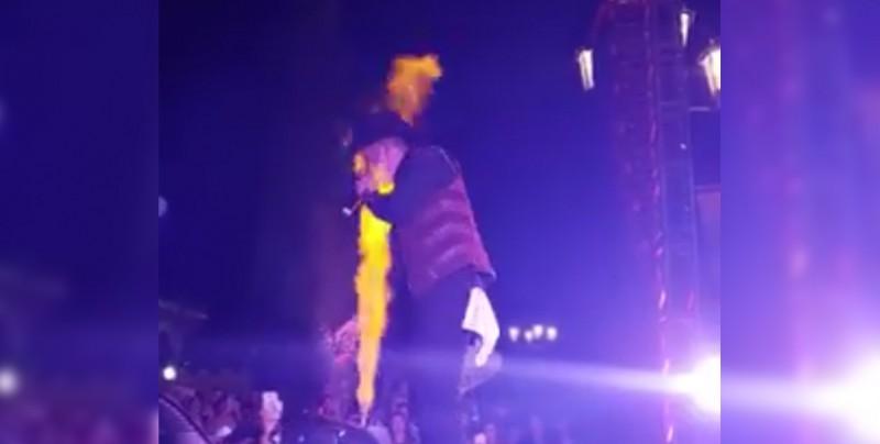 Video: Gallo Elizalde se quema la cara en show