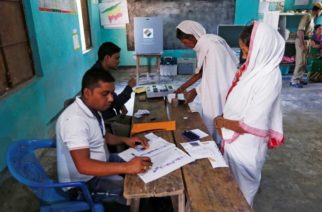 Un candidato indio llora al creer que ni su familia votó por él