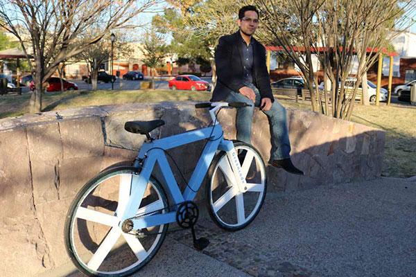 Mexicano crea bicicleta hecha con papel reciclado