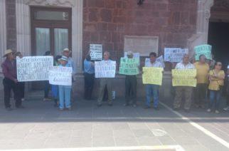 Maestros jubilados se manifiestan en demanda de bono en Aguascalientes