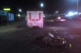 Camioneta arrolla a pareja de motociclistas frente al Agropecuario; murió su conductor