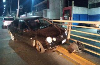 Chocó su vehículo contra protección de un puente en Aguascalientes