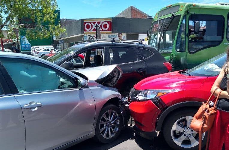 Carambola de 5 autos frente al monumento al Papa deja 2 heridos en Aguascalientes