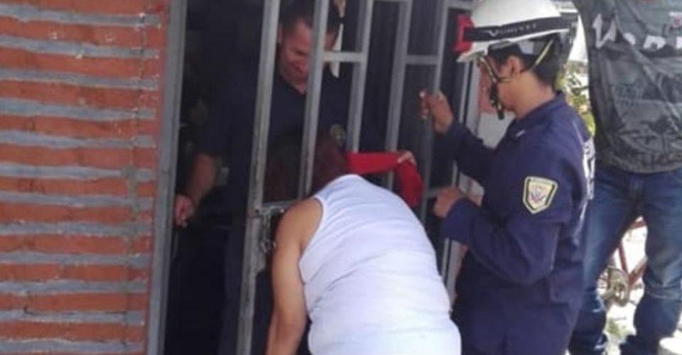 """Mujer queda atrapada en una reja por """"chismosa"""""""