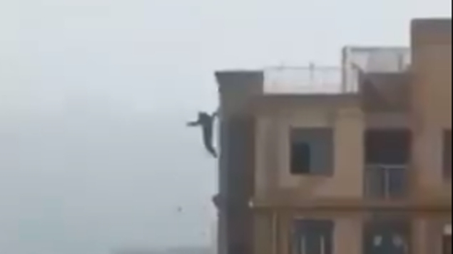 Quería una selfie en lo alto del edificio pero resbala y muere (VIDEO)