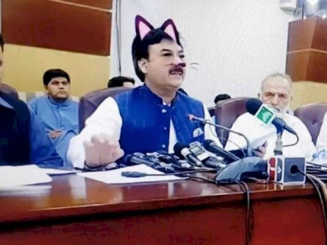 Por error, transmiten en vivo a ministro con filtro de gatito
