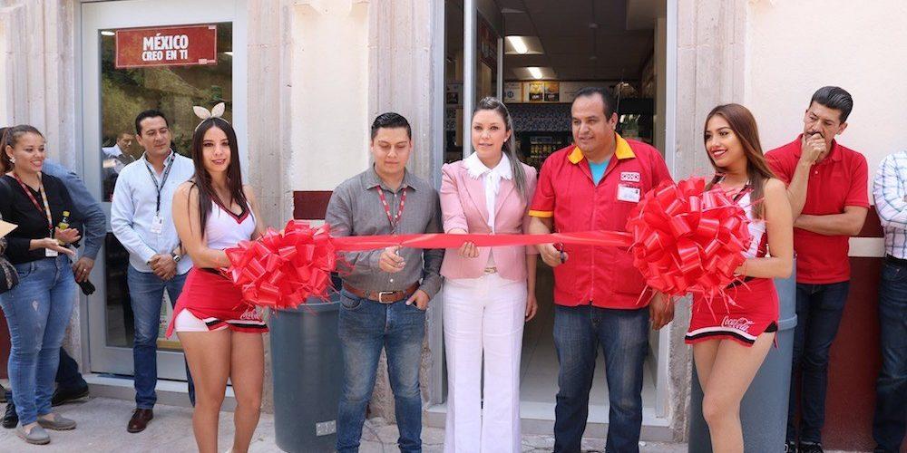 Alcaldesa, cura y edecanes inauguran primer oxxo en Chalchihuites, Zacatecas