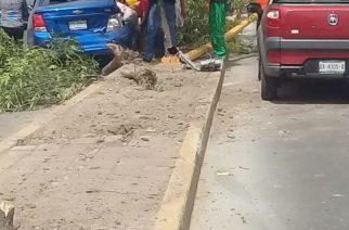 Mujer destrozó su coche al chocar en Aguascalientes
