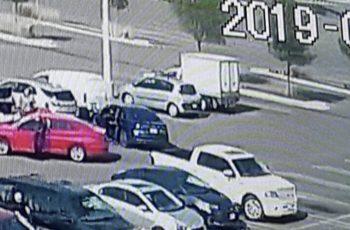 Imagen previa a la doble ejecución en el estacionamiento del Costco
