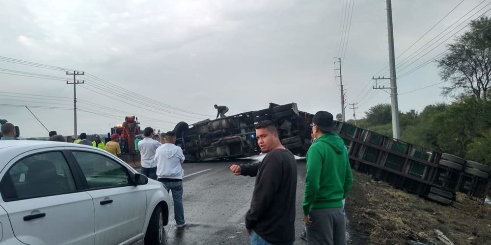 Enorme tráfico causa volcadura de tráiler en la entrada de Aguascalientes