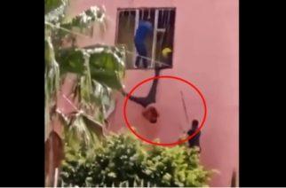 Policías jaliscienses usan a ladrón como piñata tras quedar atorado