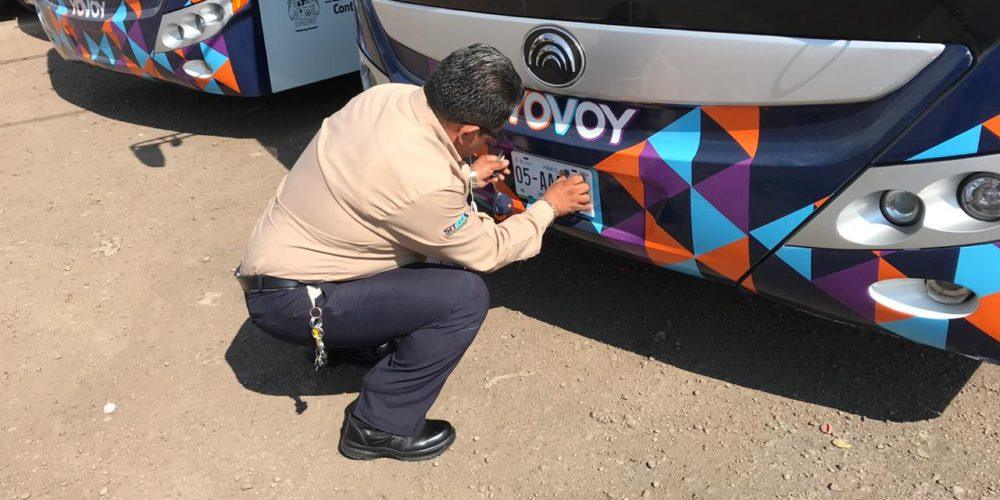 """Colocan placas nuevas a camiones """"YOVOY"""""""