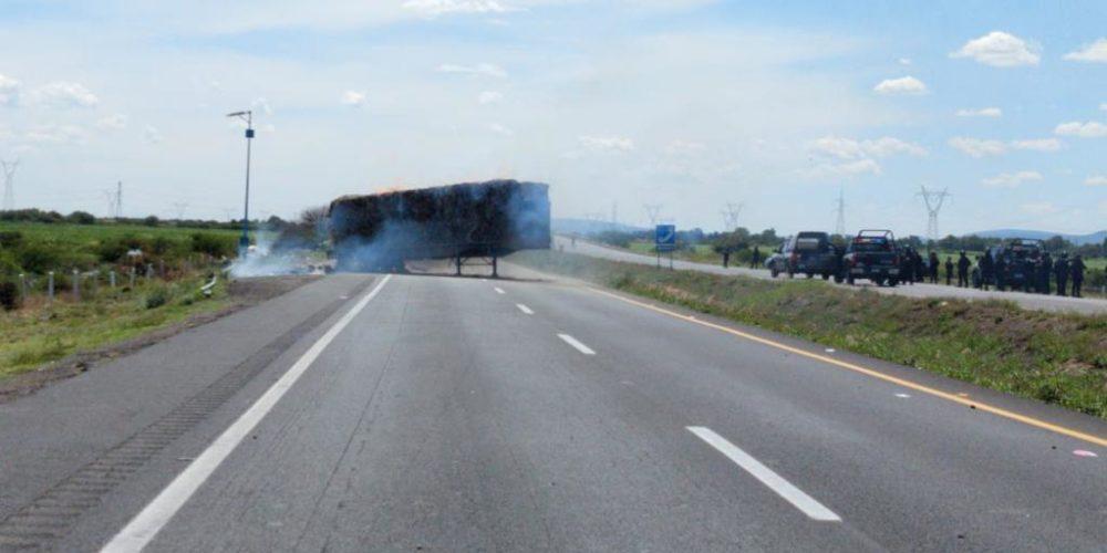 Cuatro muertos, un herido y bloqueo carretero este jueves en Guanajuato