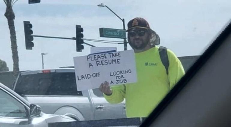 Reparte su currículum en semáforo y consigue empleo