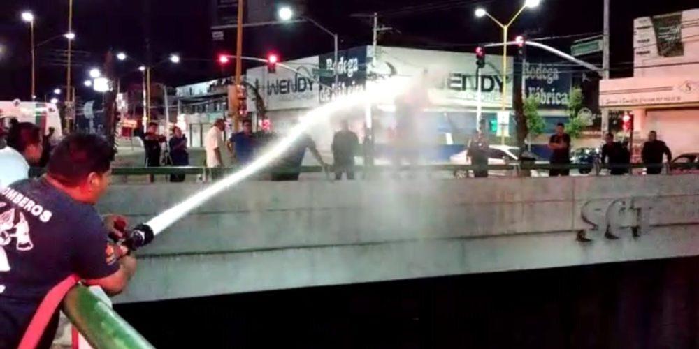 A manguerazos, evitan que un hombre se quite la vida en Aguascalientes