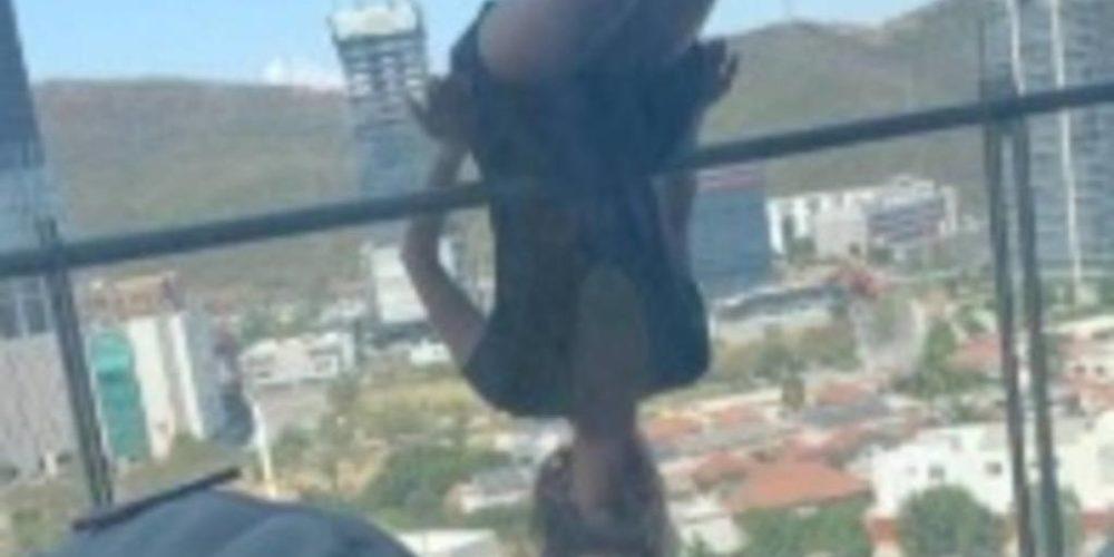 Mujer cae de 25 metros de altura por hacer yoga desde un balcón