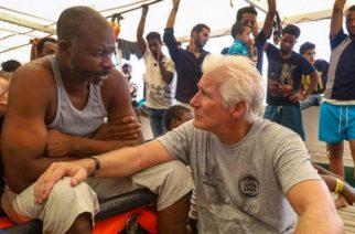 Entrega Richard Gere víveres a migrantes del Mediterráneo