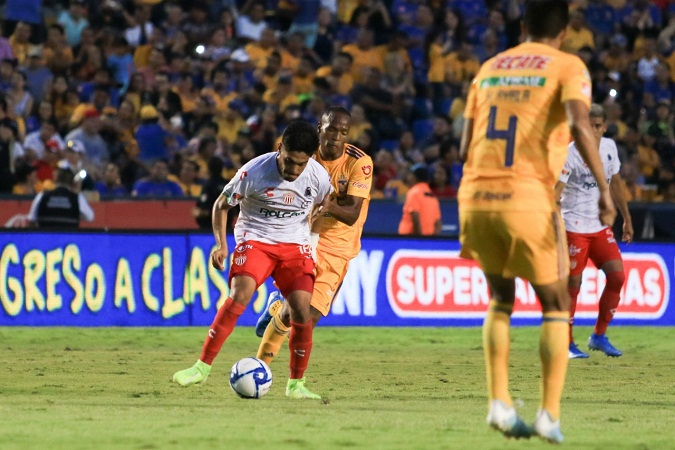 Tigres derrota 3 a 1 a Necaxa