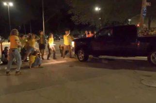 Camioneta embiste a manifestantes ante centro de inmigración
