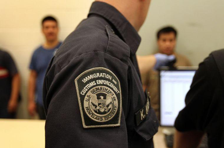Arrestan a 680 inmigrantes en redadas en siete fábricas de Mississippi