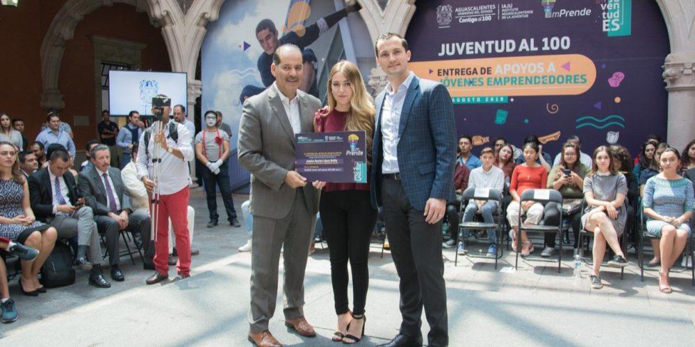Entrega Martín Orozco apoyos a jóvenes emprendedores