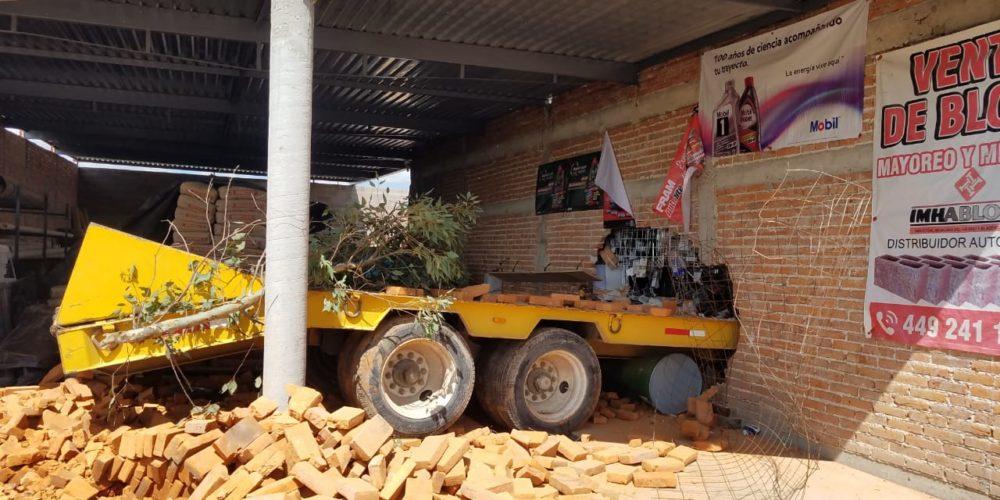 Camión de volteo  se mete hasta el interior de una ferretería en Aguascalientes