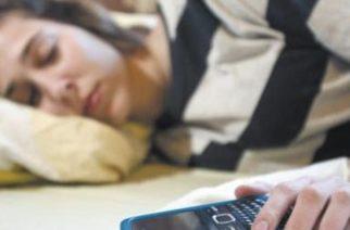 Muere adolescente al explotar cerca de su cabeza su teléfono celular mientras dormía