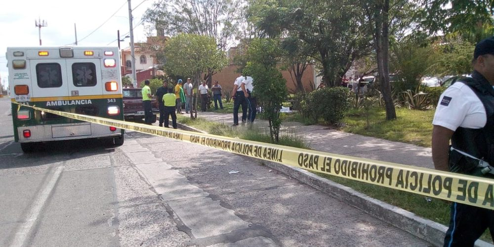 Bala perdida mata a sexagenario que estaba en banca de un jardín en Aguascalientes