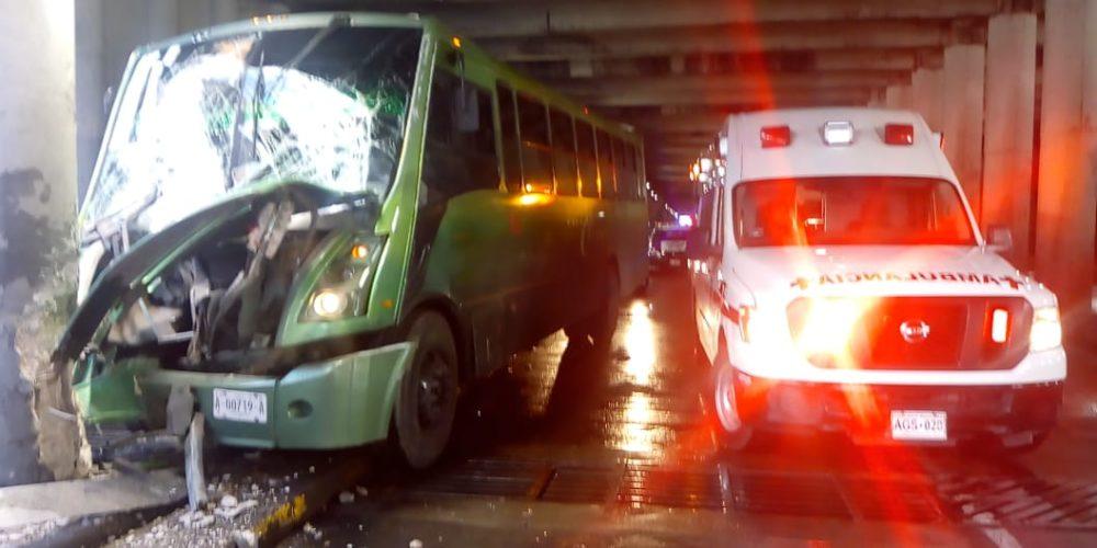 Choque de camión urbano deja 10 heridos en paso a desnivel de Aguascalientes