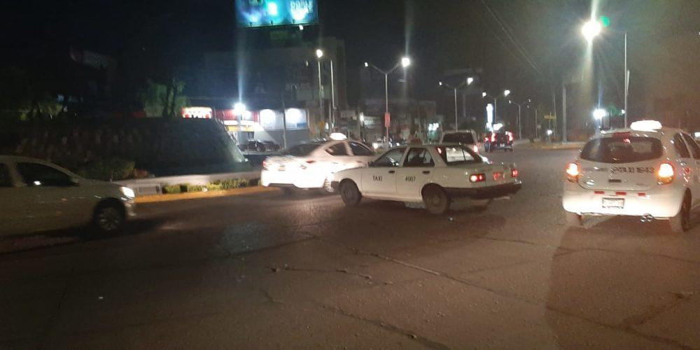 Detienen a taxista por atravesar su vehículo a media Glorieta en Aguascalientes