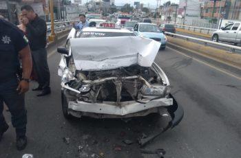 Taxista chocó contra camioneta en el Puente Bicentenario en Aguascalientes