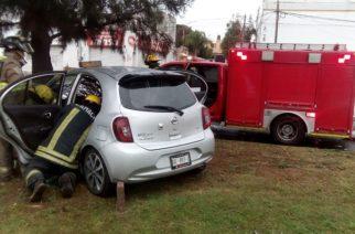 Pareja de borrachos choca contra árbol en Aguascalientes