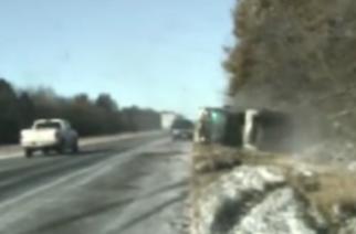 Policías se salvan de ser atropellados por un camión en EU
