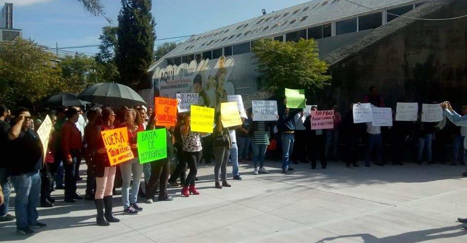 Se manifiestan profesores de normales del estado en el IEA