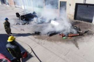 Abandonaron muebles en la calle y los incendiaron en Aguascalientes
