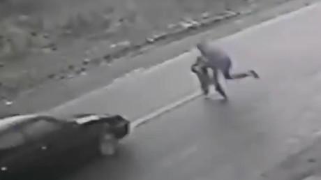 Un hombre arriesga su vida para salvar a un niño de un trágico accidente VIDEO