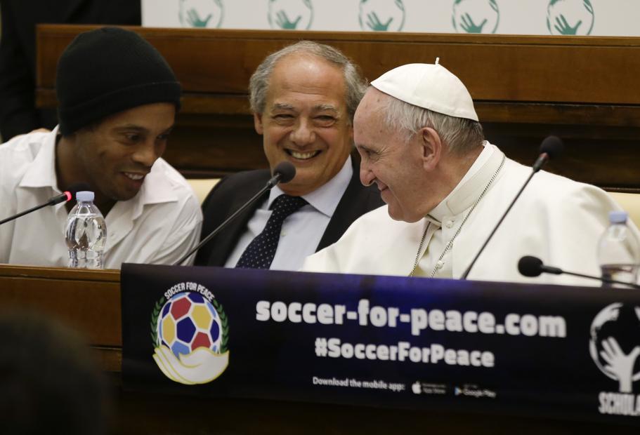 Ronaldinho y Papa Francisco convocan a partidos por la paz